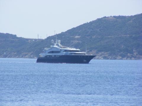 So ein Miniboot gehört irgendnem Promi, ders da auch schön findet (des is angeblich v George Clooney) - (Strand, Griechenland, billig)