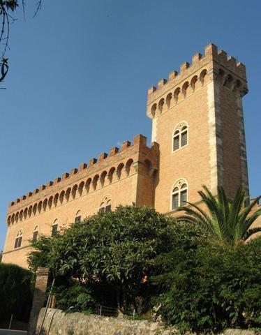 Burg mit Tor nach Bolgheri am Ende der Zypressenallee - (Italien, Toskana, Wein)