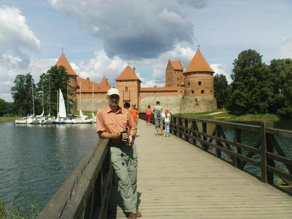 Vor der Burg (Handyfoto, die Digicam wurde 5 min vorher geklaut). - (Baltikum, Litauen, Trakai)