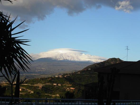 Blick auf den schneebedeckten Etna im  Marz - (Italien, Sehenswürdigkeiten, Sizilien)