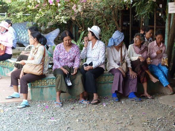 Kleiner Plausch unter Mitreisenden - (Asien, Bus, Kambodscha)