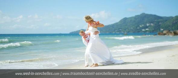 Brautpaar am Strand von Bel Ombre, Mahe, Seychellen - (Urlaub, Reiseziel, Familie)