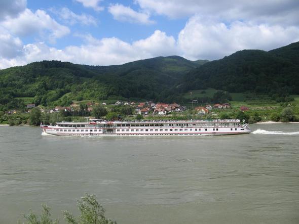 Willendorf von der anderen Donauseite aus gesehen, rechts der Fundort. - (Österreich, Niederösterreich, Wachau)