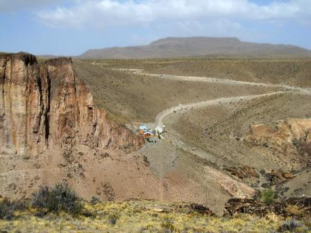 """Dort drüben ist der Eingang zur """"Cueva de los manos"""" - (Südamerika, Rundreise, Mittelamerika)"""