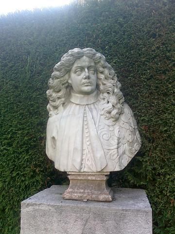 Büste im Garten der Ca `Rezzonico  - (Europa, Kunst, Kunststadt)