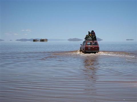 Auf dem Autodach durch die überschwemmte Salzwüste Uyuni. - (Bolivien, Jahreszeiten, Salar de Uyuni)
