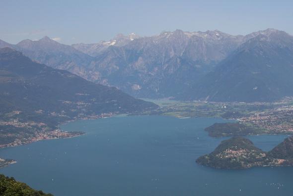 Blick auf den See, links Domaso, oben am Zufluss der Mera liegt Sorico - (Italien, Kinder, Familienurlaub)