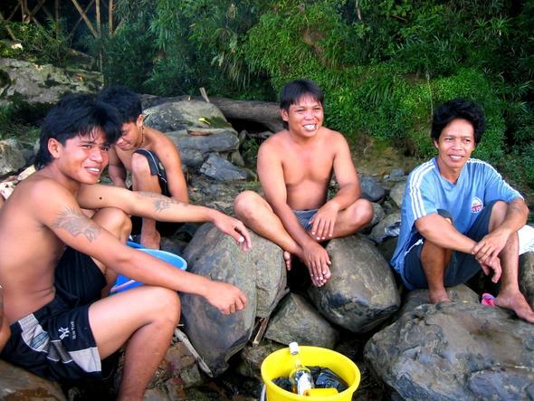 Lunch mit einer Gruppe Iban am Flußufer - (Asien, Indonesien, Südostasien)