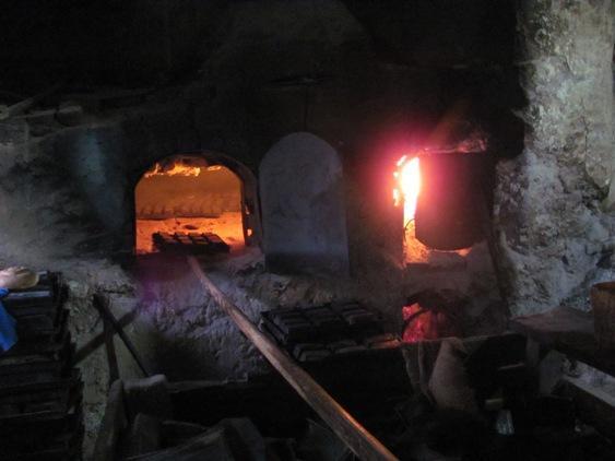 Brote werden in uralten Steinbacköfen gebacken - (Hotel, Strand, Ausflug)