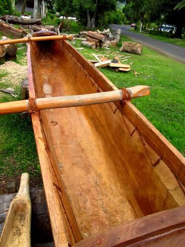 Auch heute noch werden traditionelle Auslegerboote aus einem Stamm hergestellt! - (Insel, Kreuzfahrt, Besichtigung)