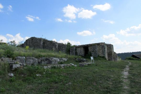 Ein Teil der Überreste der riesigen Festung Cerven - (Europa, Rumänien, Bukarest)