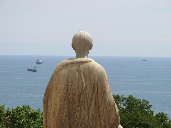 Dieser Alte Römer blickt in Tarragona vom Muesumsvorplatz aufs Meer.  - (Spanien, Katalonien, Alte Römer)