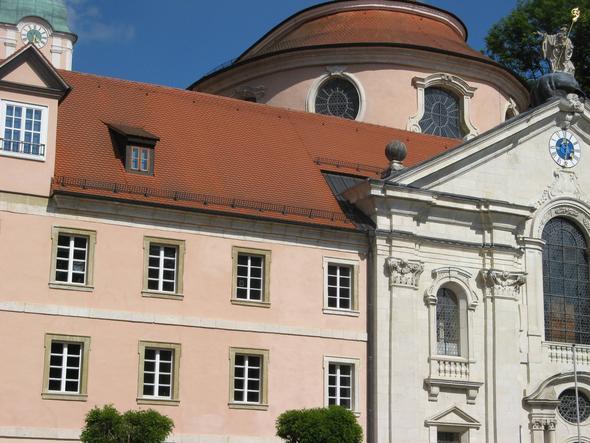 Der Eingang zur Asamkirche in Weltenburg (rechts). - (Deutschland, Kloster, Donau)