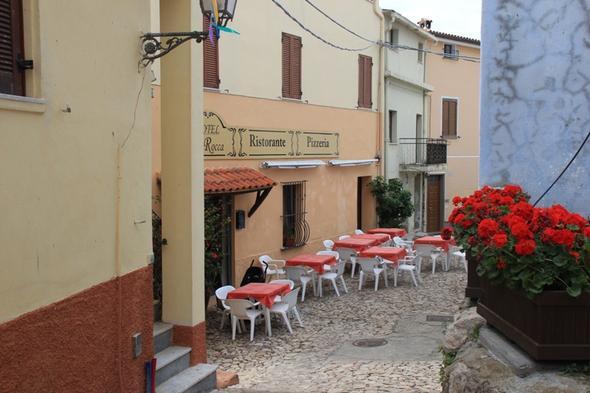 Gasse in Posada - (Italien, Sardinien)