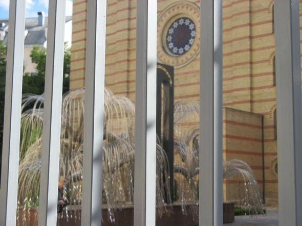 Blick durch Gitterstäbe aufs Gelände – der Besuch des Zentrums kostet Eintritt. - (Ungarn, Budapest, Geschichte)