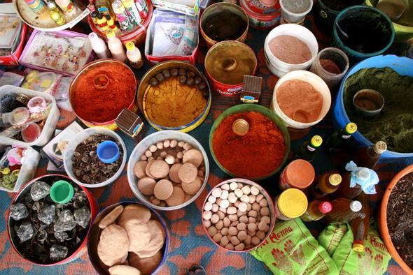 Kosmetikangebot auf dem Frauenmarkt in Ibra - (Oman, teuer)