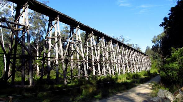 Eine der vielen uralten Eisenbahnbrücken von Victoria - (Australien, Natur, Nationalpark)