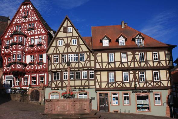 Hier ist das rote Haus im Hintergrund (altes Weinhaus) vor dem Kellereingang  - (Deutschland, Anreise, Wirtshaus im Spessart)