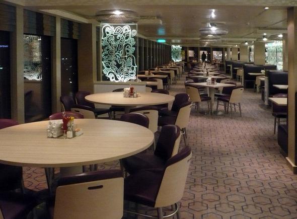 Dieses Restaurant geht einmal um das ganze Heck mit einer Riesenfensterfront - (Reise, Flug, Kreuzfahrt)