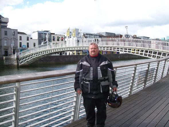 Die Half-Penny-Bridge hinter mir - (Europa, Städtereise, Irland)