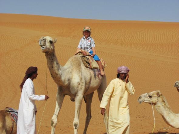Mein Enkel beim Kamelreiten - (Hotel, Muscat)
