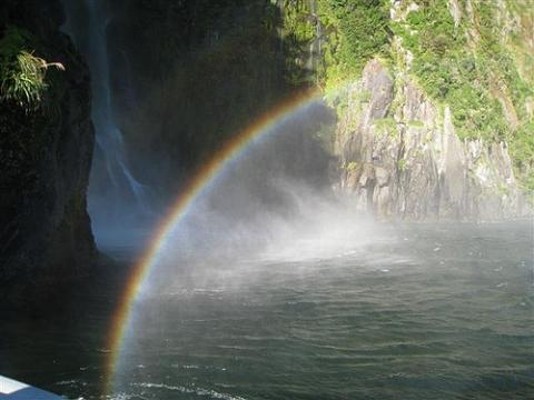 Bei Sonnenschein bilden sich in den Wasserfällen von Milford Sound wunderschöne Regenbogen - (Neuseeland, Milford Sound)