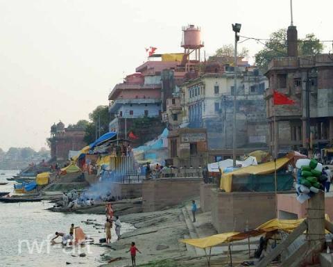 Leichenverbrennung in Varanasi im Hintergrund das neue Krematorium - (Indien, Ganges, Leichenverbrennung)