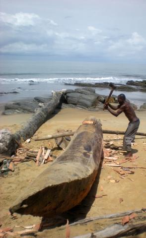 Strand mit Einheimischem Fischer südlich von Douala - (Afrika, Rucksackreise, Kamerun)