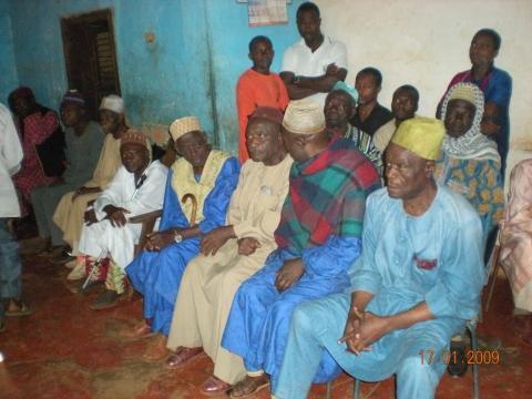 Dorfälteste in traditionellen Gewändern in Foumban - (Afrika, Kleidung, Kamerun)