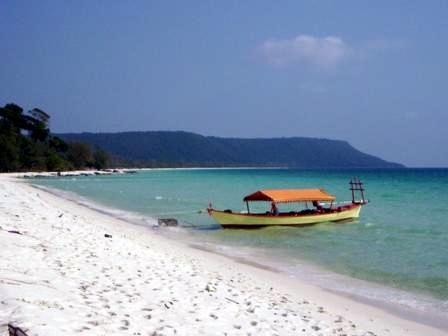 Strand mit unserem kleinen Boot - (Kambodscha, Sihanoukville)