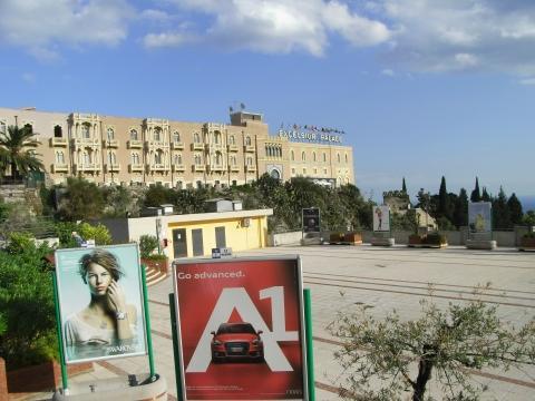 Blick vom Parkhaus aus auf das Hotel - (Italien, Hotel, Übernachtung)