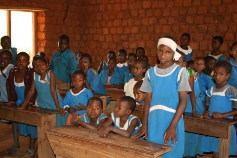 Diese Kinder müssen Schmutzwasser trinken - (Hilfe, Chlordioxid, Malariamittel)